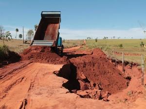 Caminhão coloca terra para diminuir erosão e prejuízos (Foto: José Carlos Coelho/ Prefeitura de Tacuru)