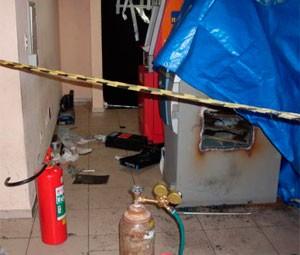 Criminosos usaram maçarico para arrombar o caixa eletrônico (Foto: Gelli Maia)
