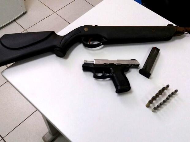 Com os suspeitos, a polícia apreendeu armas e munição (Foto: Divulgação/Seic-MA)