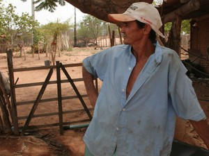 Apicultor prejudicado pela seca em Apodi, RN (Foto: Rafael Barbosa/G1)