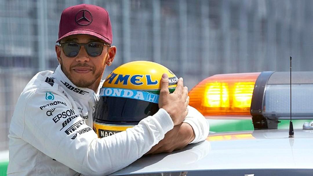 """Resultado de imagem para """"Deus é verdadeiramente o maior"""", diz Lewis Hamilton ao receber capacete de Ayrton Senna como homenagem"""