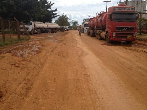 Estrada da Belmont permanece sem asfalto e reformas.  (Foto: Jenifer Zambiazzi/G1)