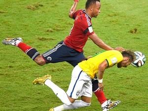 Zúñiga deu entrada que tirou Neymar da Copa (Foto: AFP)