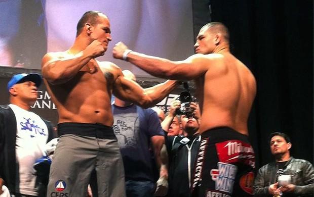 Junior Cigano e Cain Velazquez pesagem UFC Las Vegas (Foto: Reprodução / Twitter)