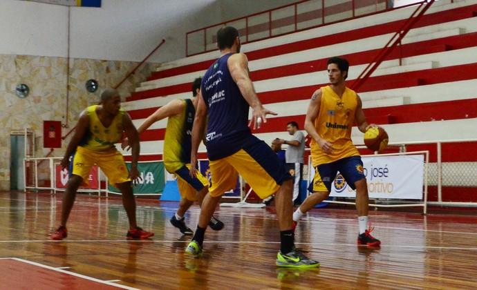 São José Basquete Dedé treino (Foto: Danilo Sardinha/GloboEsporte.com)