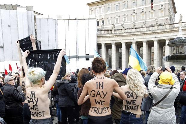 Ativistas do grupo feminista Femen protestaram durante oração do Papa Bento 16 (Foto: Giampiero Sposito/Reuters)