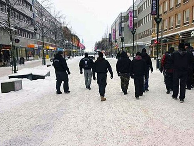 Para a polícia sueca 'não é ilegal caminhar em grupos' pelas ruas (Foto: Reprodução/Facebook/Soldiers of Odin)