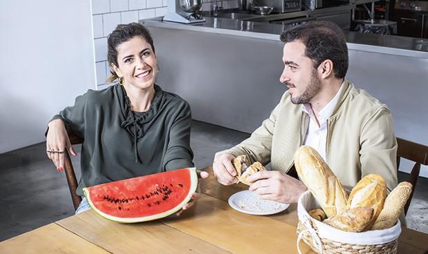 A glúten free Liv Soban e Gustavo Andrade, que não resiste a uma mesa de pães. Ela usa blusa Cris Barros. Anel Eleonora Hsiung. Ele usa Osklen (Foto: Deco Cury)