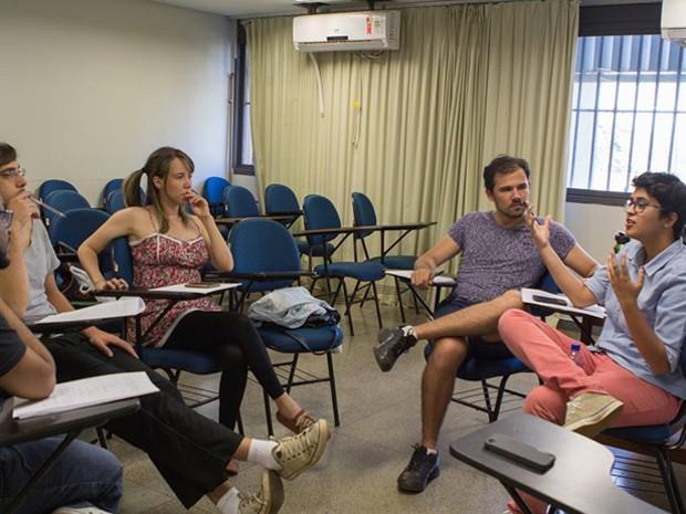 Isabella Lima (direita) dá instruções sobre como ocorrerão filmagens (Foto: Isabella Lima/Arquivo Pessoal)