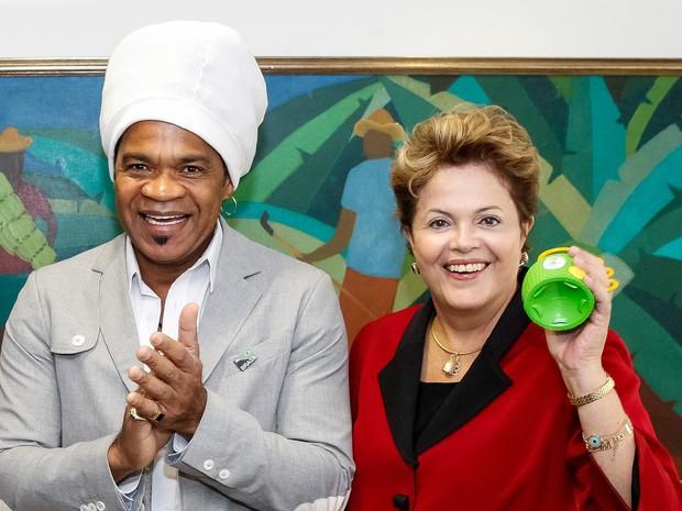 Dilma toca caxirola ao lado de Carlinhos Brown no Palácio do Planalto (Foto: Roberto Stuckert Filho/PR)