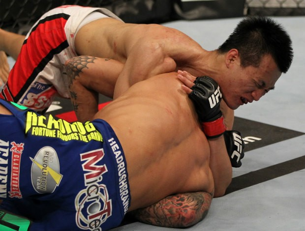 Chan Sung Jung finaliza Dustin Poirier no UFC (Foto: Agência Getty Images)
