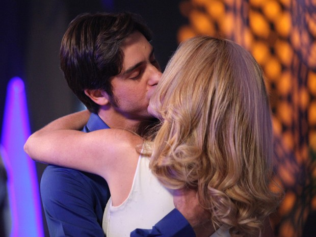 Uau!!!! Ernesto e Pamela dão um beijaço de tirar o fôlego (Foto: Carol Caminha/TV Globo)