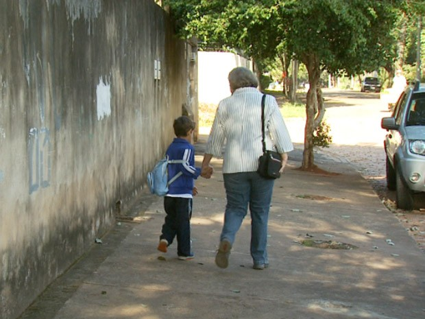 Marília Mascarenhas busca o neto, Alexandre, em escola de Campinas (Foto: Reprodução EPTV)