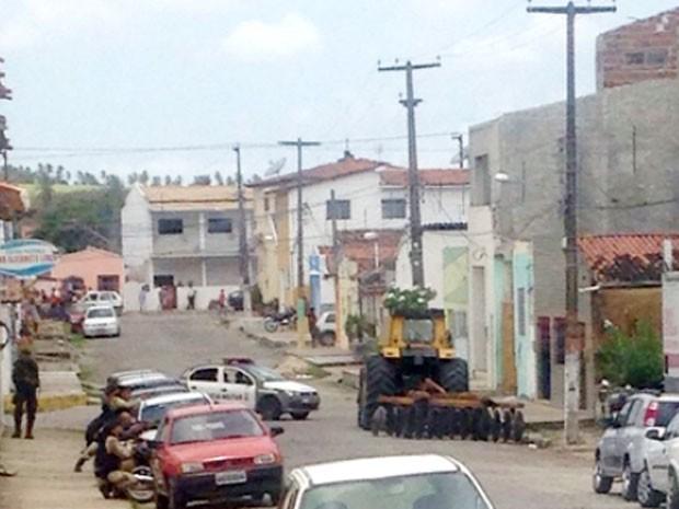 Policiais militares e civis cercam a agência e negociam com grupo (Foto: Divulgação/PM)
