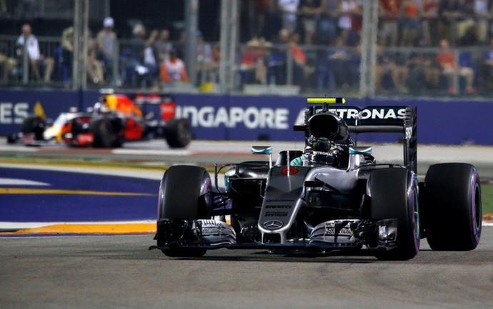 Nico Rosberg lidera o GP de Cingapura (Foto: Reuters)