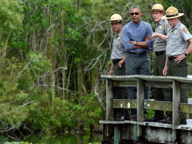 O presidente dos EUA, Barack Obama, visita o parque nacional Everglades, na Flórida, para conversar sobre como o aquecimento global ameaça a economia dos EUA (Foto: Susan Walsh/AP)