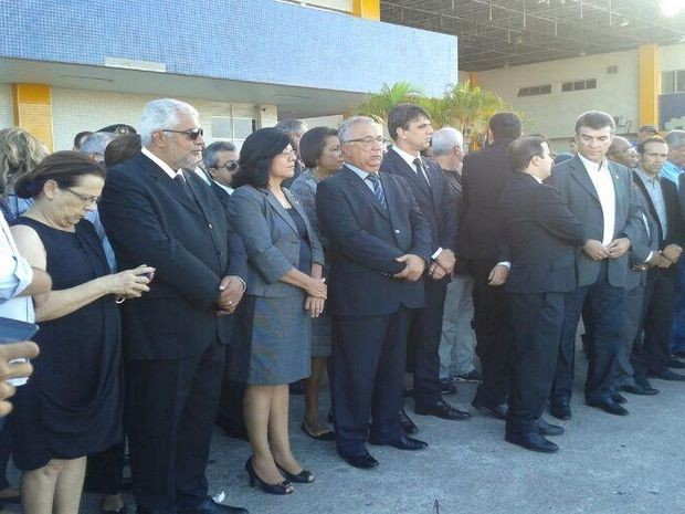 Governador em exercício Jackson Barreto e diversas personalidades foram ao aeroporto receber o corpo de Marcelo Déda (Foto: Marina Fontenele/G1)