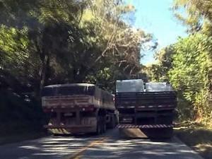 Caminhões ocupam toda a pista em ultrapassagens (Foto: Reprodução EPTV)