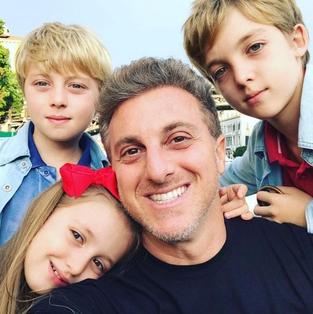 Luciano com Eva, Benício e Joaquim (Foto: Reprodução Instagram)