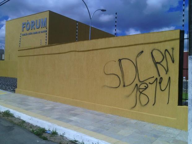 Criminosos atiraram contra o prédio e fizeram pixações sobre o Sindicato do RN (Foto: Julianne Barreto/Inter TV)