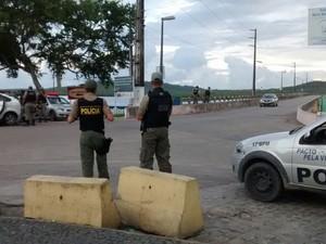 Ponte que dá acesso à ilha foi reaberta na manhã desta quinta, mas PM ainda realiza blitze no local  (Foto: Camila Torres/TV Globo)