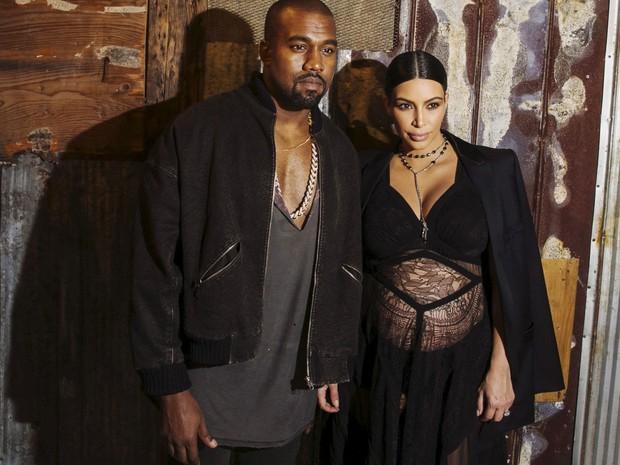 Kanye West e Kim Kardashian posam após assistirem ao desfile de primavera/verão 2016 da Givenchy, durante a NY Fashion Week, em 11 de setembro (Foto: Reuters/Lucas Jackson)