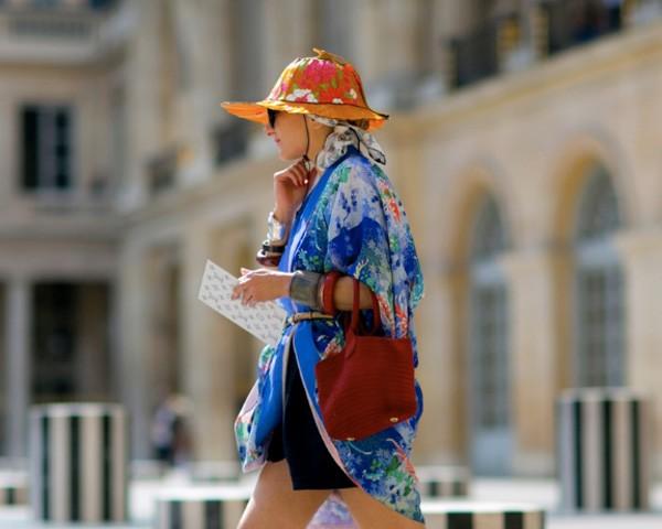Além de darem estilo ao look, o chapéu e a viseira a protegem do sol (Foto: Imaxtree)