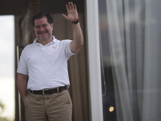 O senador boliviano Roger Pinto acena de dentro da casa do advogado Fernando Tiburcio Pena em Brasília, após entrar no país com a ajuda do diplomata brasileiro Eduardo Saboia. Pinto fugiu da Bolívia após 454 dias asilado na embaixada do Brasil. (Foto: Ueslei Marcelino/Reuters)