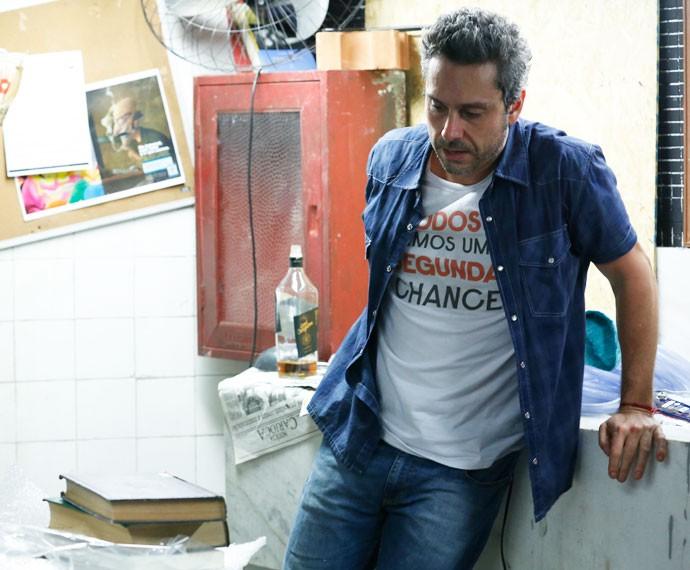 Romero passa mal ao descobrir que Atena é uma bandida (Foto: Ellen Soares / Gshow)