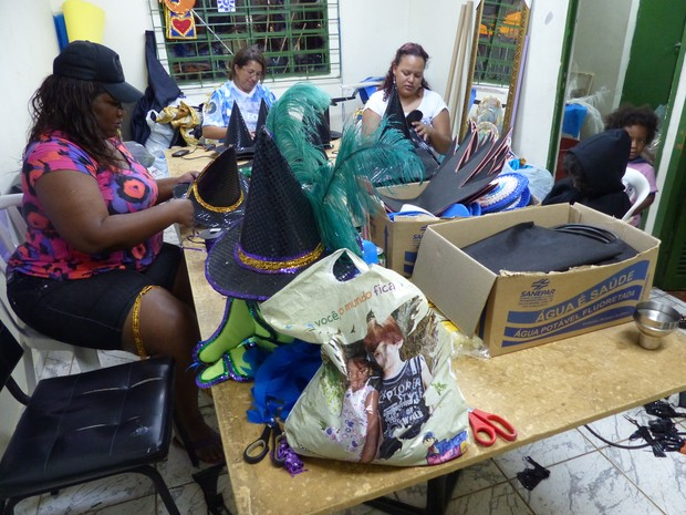 A diretora Márcia Barbosa confecciona os chapéus de bruxa que serão utilizados (Foto: Fernando Castro/ G1)