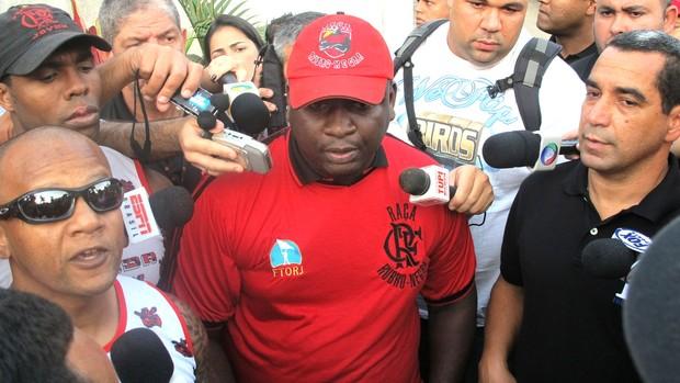 Zinho e dois integrantes de torcida organizada (Foto: Richard Souza / Globoesporte.com)