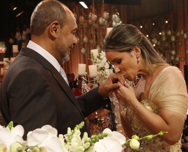 Silvana beija a aliança no dedo de William (Foto: Freitas)