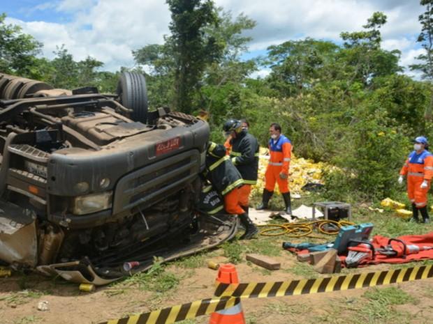 Os dois homens que estavam na moto foram socorridos até o Hospital Geral de Vitória da Conquista (Foto: Anderson Oliveira / Blog do Anderson)