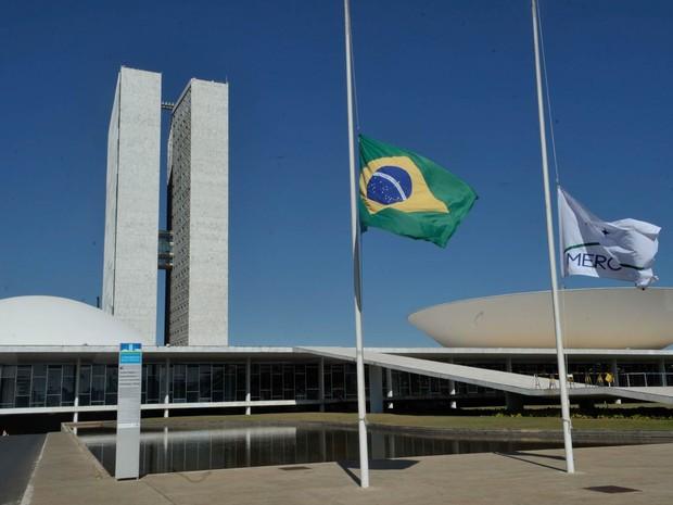 Bandeiras do Brasil e do Mercosul em frente ao Congresso Nacional foram posicionadas a meio mastro (Foto: José Cruz/Agência Brasil)