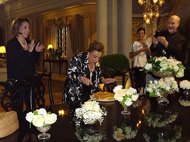 Nicette Bruno corta o bolo sob as palmas de Ana Beatriz Nogueira e os cliques de Odilon Wagner (Foto: Salve Jorge/TV Globo)