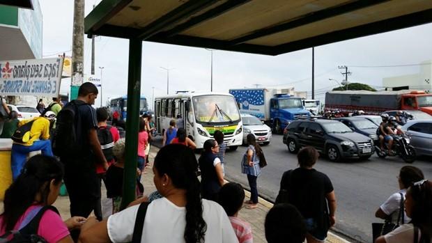 Paradas de ônibus cheias retratam a manhã tumultuada para quem precisou sair de casa (Foto: Wendell Jefferson)