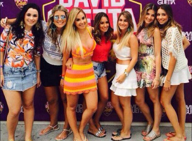 Priscilla Silva (loira ao centro) com amigas em show do DJ David Guetta em Ibiza (Foto: Instagram/ Reprodução)