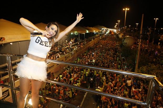 Alinne Rosa em micareta em Aracajú (Foto: Roberto Filho/ Ag. News)