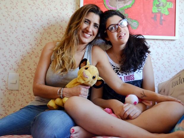 A publicitária Carolina Felício ao lado da filha Júlia, de 16 anos (Foto: Gabriela Castilho/G1)