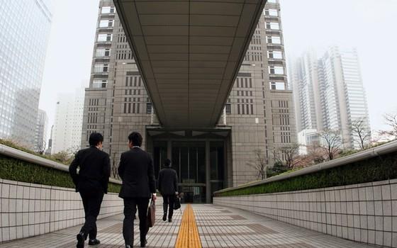 Homens de terno em Tóquio. O governo japonês diz que reduziu 1,68 tonelada de carbono só em 2010 reduzindo o paletó nos escritórios (Foto: Thinkstock Getty Images)
