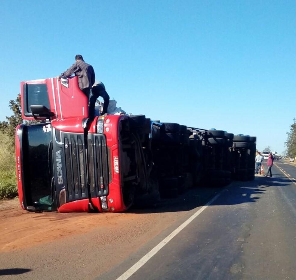 Carreta bloqueou parcialmente o tráfego na PR-463, no noroeste do Paraná. (Foto: Polícia Rodoviária Estadual/Divulgação)