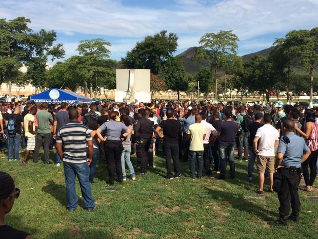 O policial Ryan Procópio é enterrado no Jardim da Saudade (Foto: Marcelo Elizardo/G1)