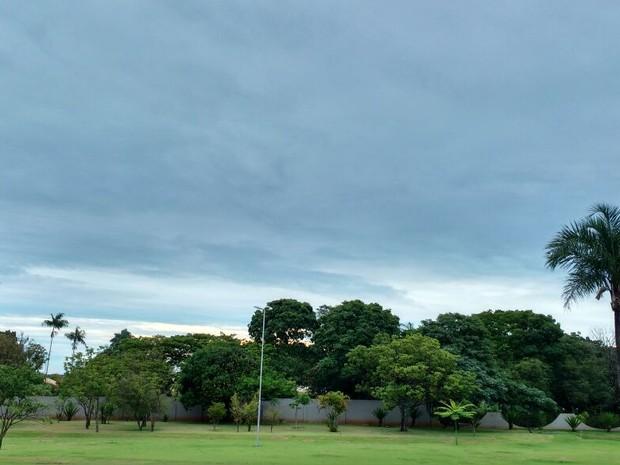 Céu de Campo Grande na tarde de sábado (Foto: Nadyenka Castro/G1 MS)