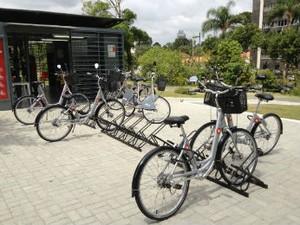 Bicicletários no Centro Cívico e no Jardim Botânico são integrados e possuem, no total, 21 bicicletas (Foto: Thais Kaniak / G1 PR)