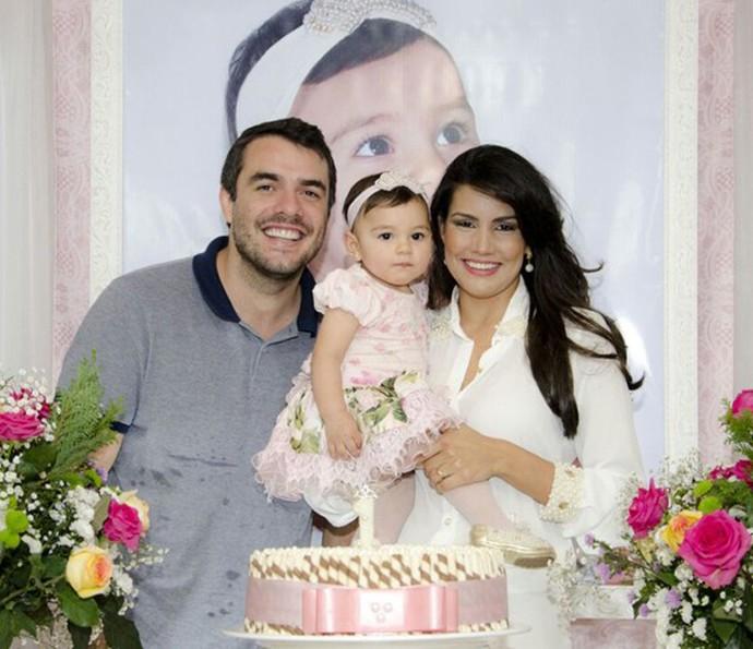 Daniel Saullo e Mariana Felício com a pequena Anita, de um ano (Foto: Arquivo pessoal)