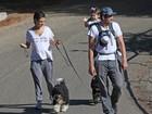 Filha de Ashton Kutcher e Mila Kunis rouba a cena em passeio em família