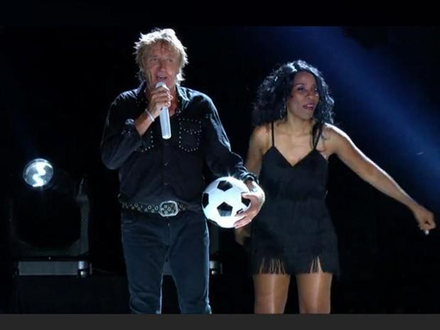 Rod Stewart chuta bola para a plateia durante o show no Rock in Rio - e teve gente brigando pra conseguir a lembrança no público (Foto: Reprodução/GShow)