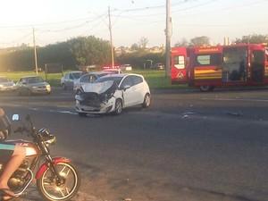Acidente com carro e kombi deixa motoristas levemente feridas em Piracicaba (Foto: Celso Palmeira)