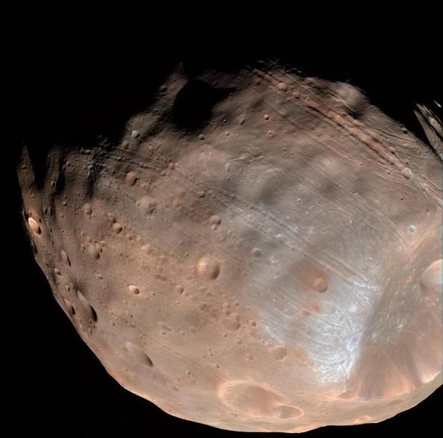 Novo estudo indica que os sulcos na superfície de Fobos, lua da Marte, indicam que o satélite está caminhando para sua destruição  (Foto: NASA/JPL-Caltech/University of Arizona)