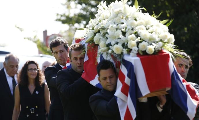 Mark Webber e Dario Franchitti carregam caixão de Justin Wilson em funeral na Inglaterra (Foto: AP)